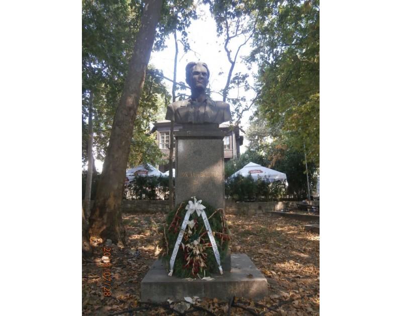 Паметник на Никола Вапцаров (пред Дома на архитекта)