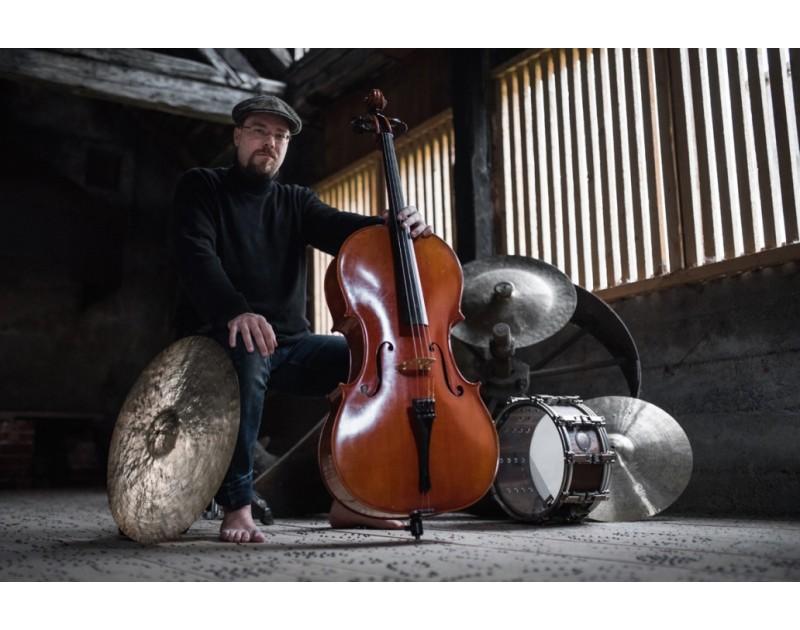 Drumming Cellist - дует от един човек