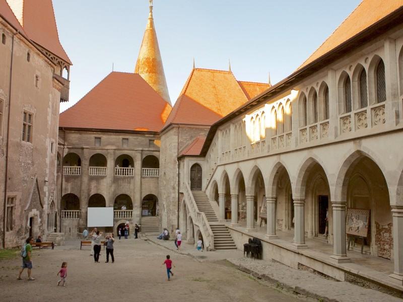 Екскурзия до Сибиу-Сигишоара-замъка Корвин-Солна мина Турда-манастира Куртя ди Арджеш 3нощ.Майски празници