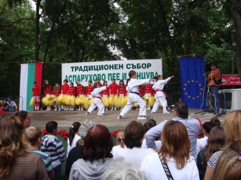 Traditionelle Messe Asparuhovo singt und tanzt