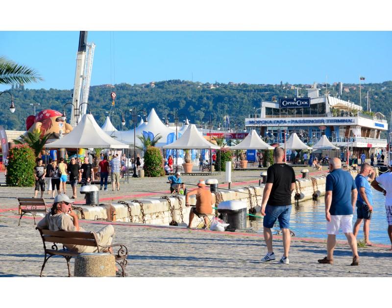 Erholungs- und Unterhaltungszone am Hafen